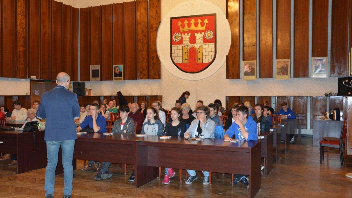 uczestnicy konferencji siedzą na sali sesyjnej