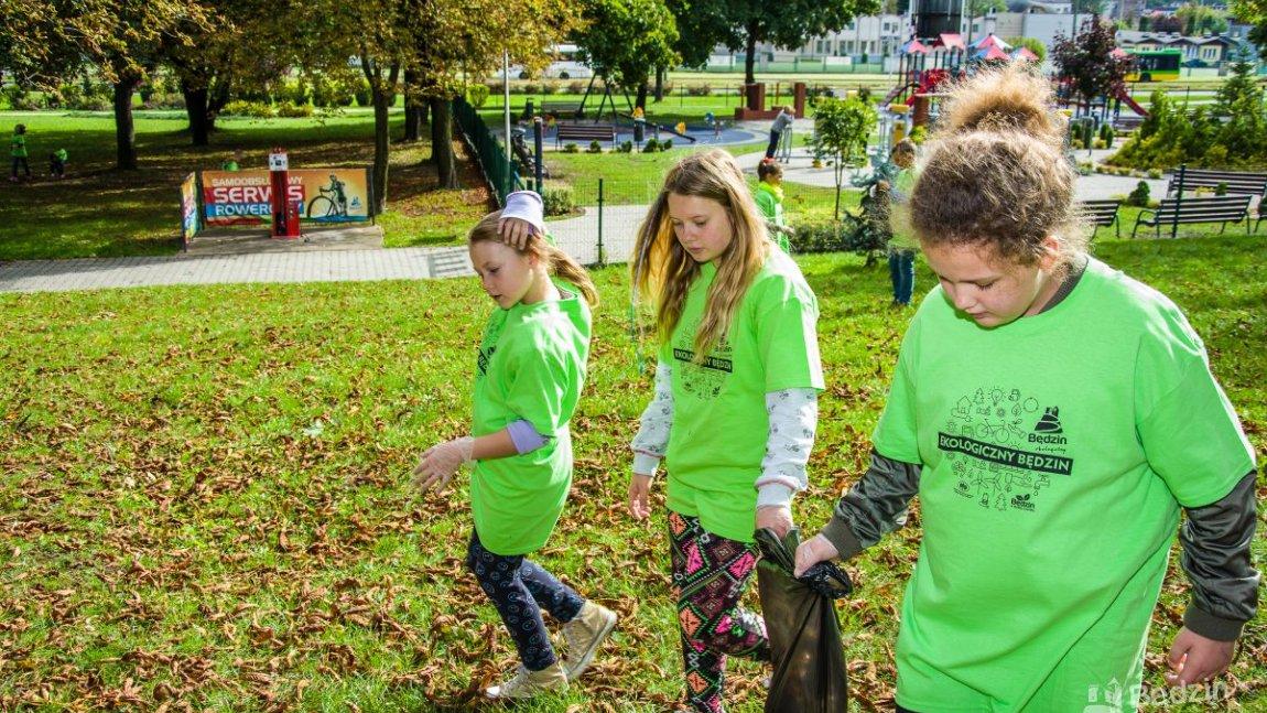 dzieci w zielonych koszulkach z workiem na śmieci
