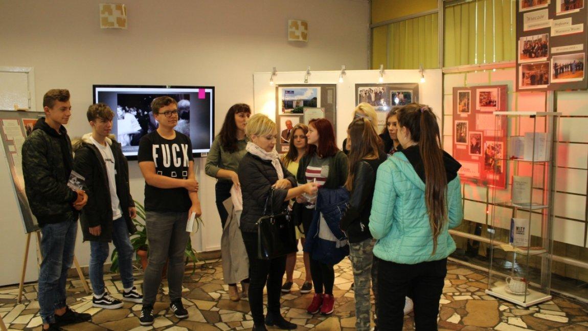 uczniowie oglądają wystawę w holu