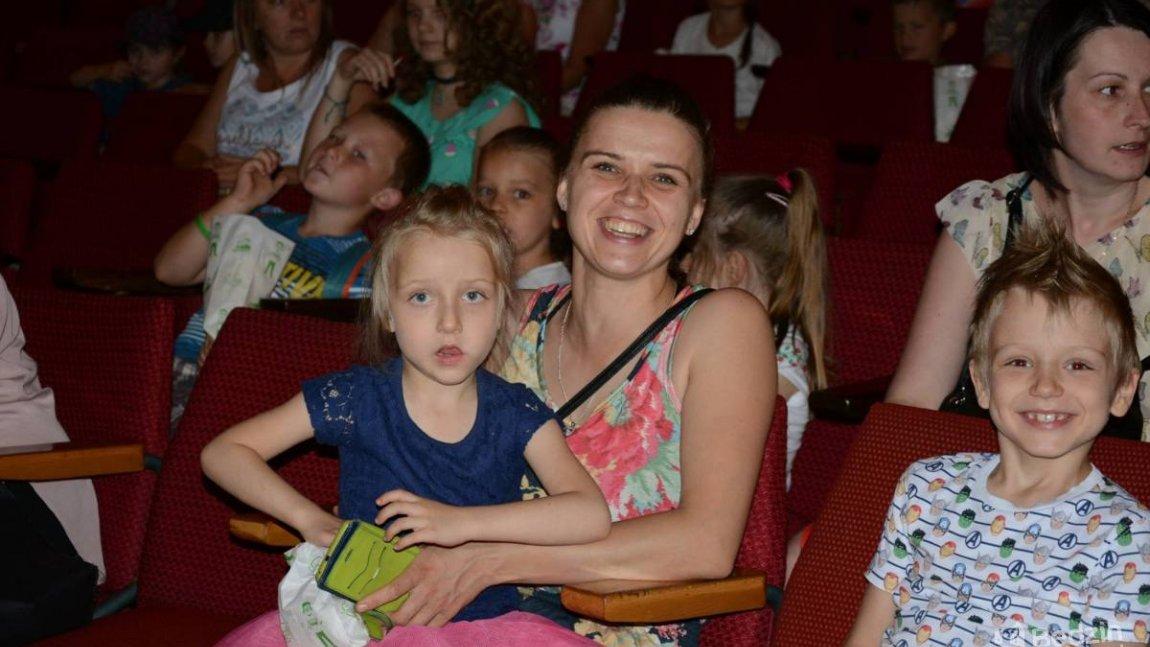 szczęśliwa mama z dzieckiem w kinie