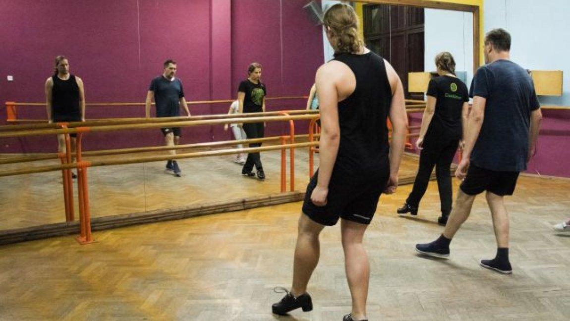 tancerze przed lustrem