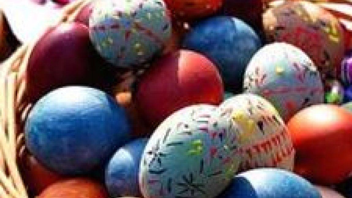 Kolorowe jajka wielkanocne w wiklinowym koszu