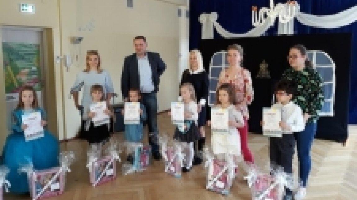 Grupa nagrodzonych dzieci z opiekunami