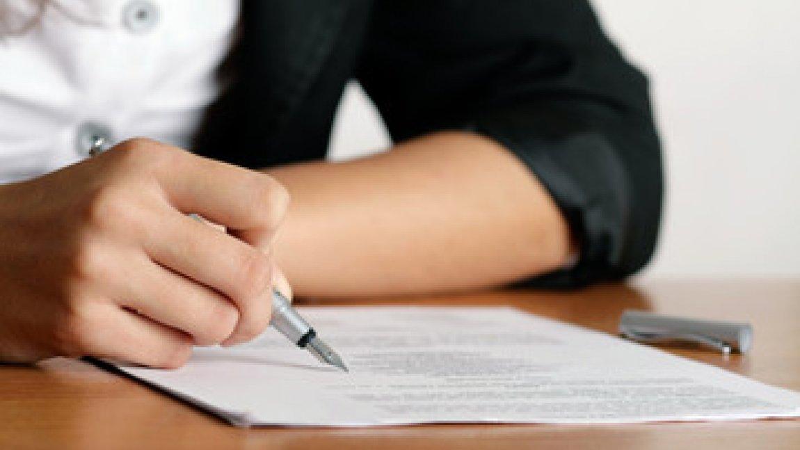 Ilustracja przedstawiająca ręce piszącej osoby