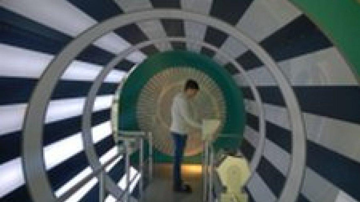 Uczeń w tunelu przy stanowisku doświadczalnym