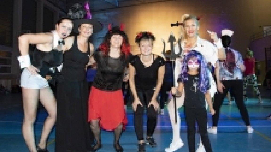Uczestniczki zumby w przebraniu halloweenowym