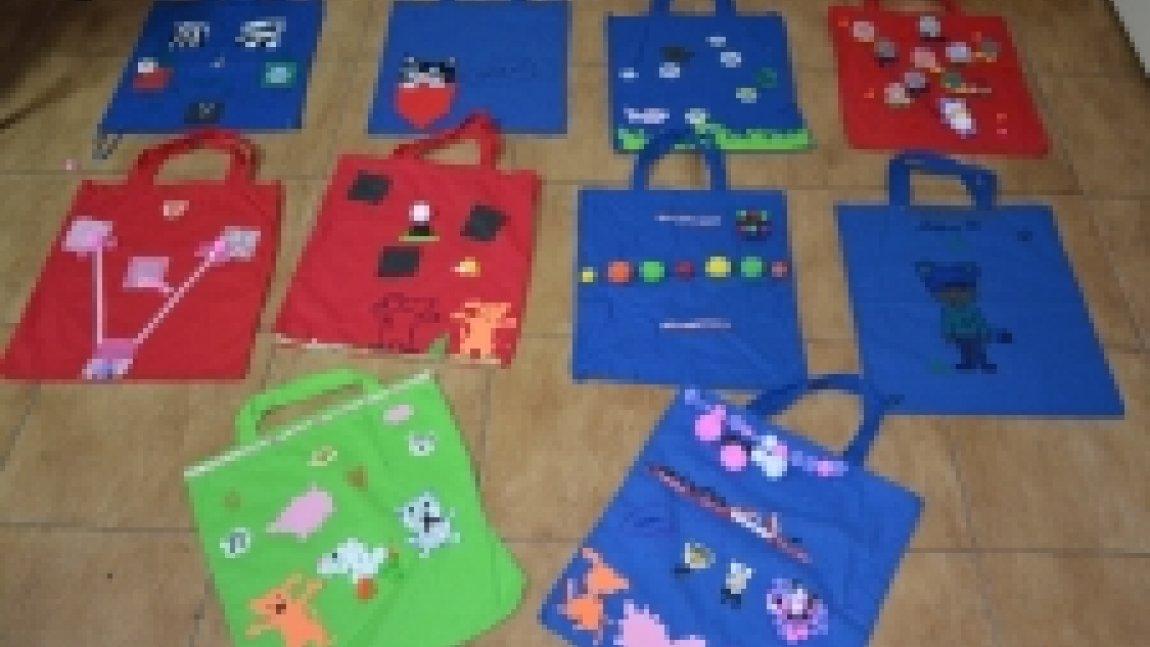 Kolorowe torby ozdobione kawałkami tkanin