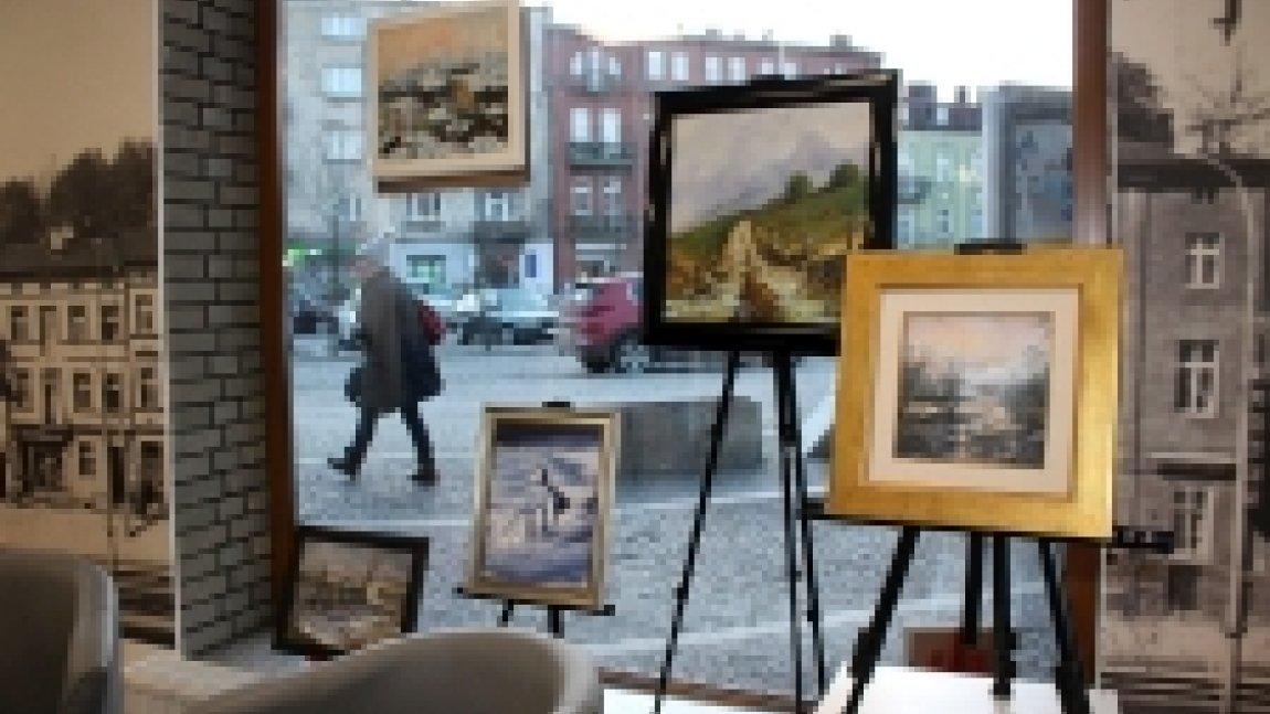 Wnętrze galerii obrazy na tle okna