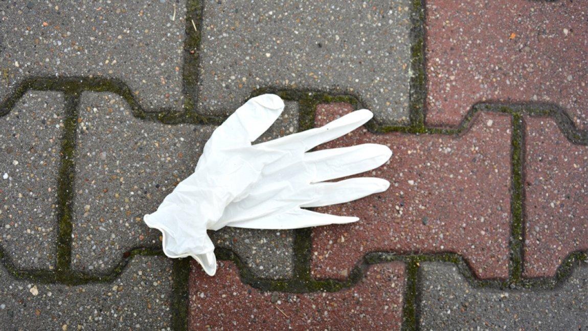 Rękawiczka leżąca na chodniku