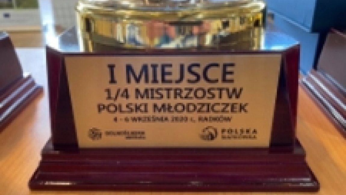 Zdjęcie pucharu z napisem I miejsce 1/4 Mistrzostw Polski Młodziczek