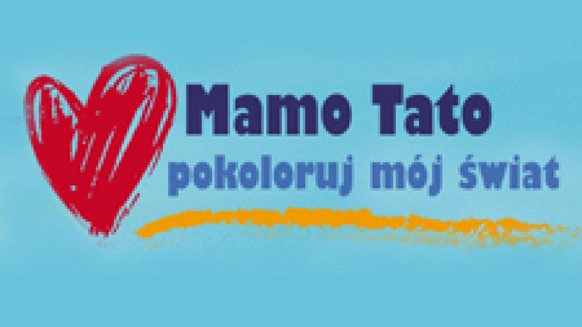 Ilustracja przedstawiająca czerwone serce, obok granatowy napis Mamo Tato pokoloruj mój świat na niebieskim tle