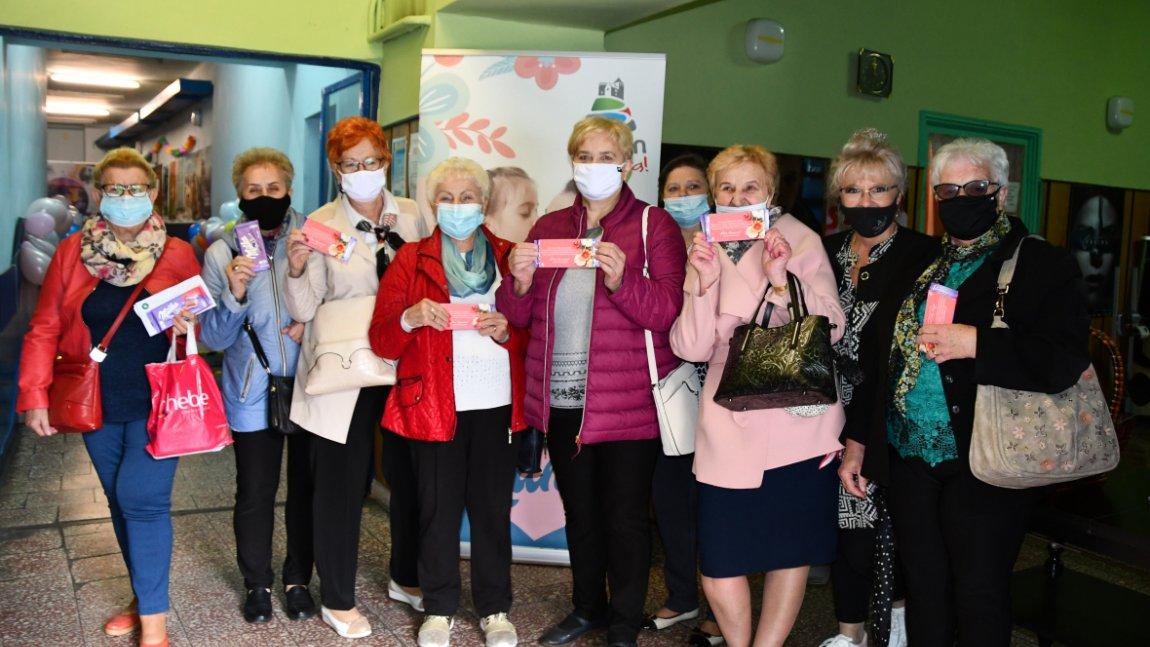 Zdjęcie przedstawiające grupę kobiet trzymających w rękach czekolady z życzeniami od Prezydenta Miasta Będzina