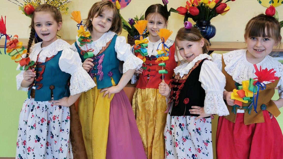 Dziewczynki w kolorowych strojach ludowych