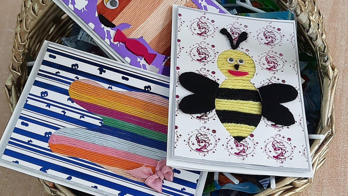 Kosz pełen ręcznie wykonanych kartek z życzeniami dla przedszkolaków