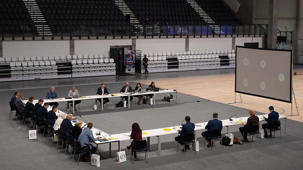 Uczestnicy posiedzenia Zarządu Śląskiego Związku Gmin i Powiatów siedzący za stołem