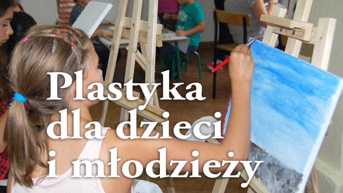 Ilustracja z białym napisem Plastyka dla dzieci i młodzieży na tle zdjęcia dziewczynki przy sztaludze