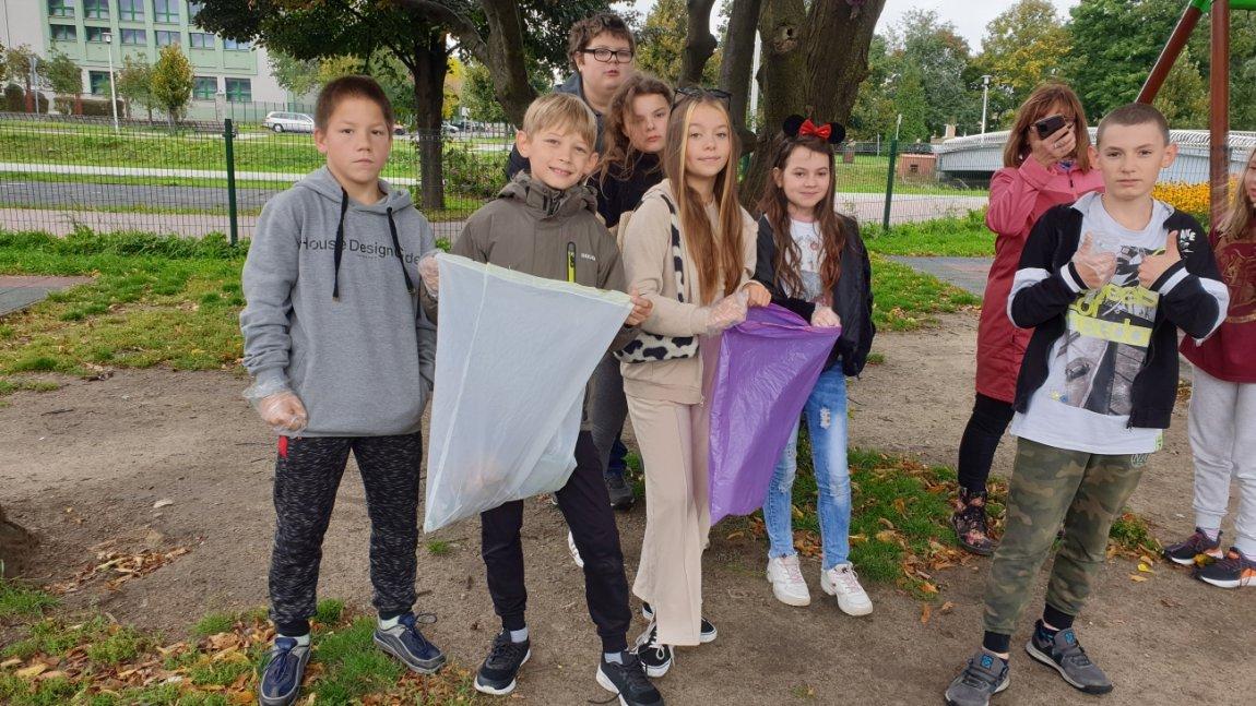 Grupa dzieci z workami na śmieci